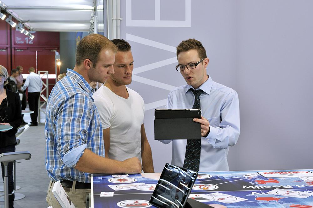 Trois hommes d'affaires en pleine discussion
